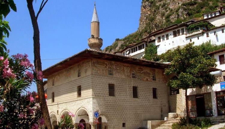 جامع أثري في مدينة بيرات بجنوب ألبانيا
