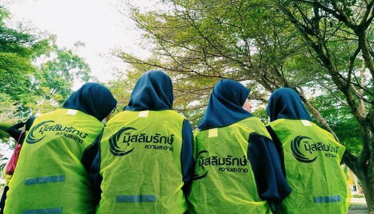 """تحت شعار """"بيئة خضراء"""".. قامت مؤسسات شبابية إسلامية بحملة لجمع القمامة من الحدائق في منطقة """"يالا"""" بجنوب تايلاند،"""