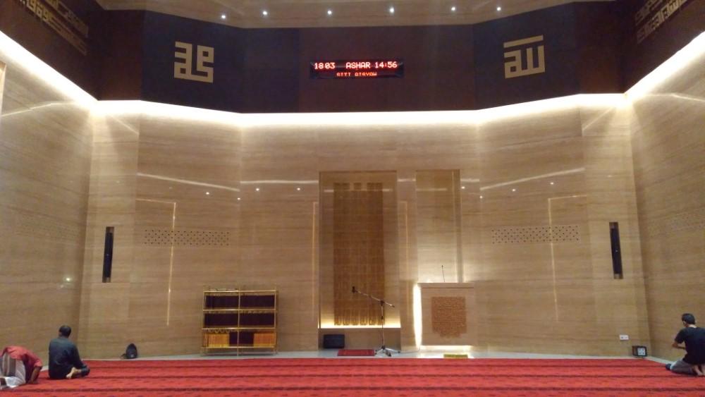 Full AC Karpet tebal dan nyaman di masjid kotak siti aisyah solo