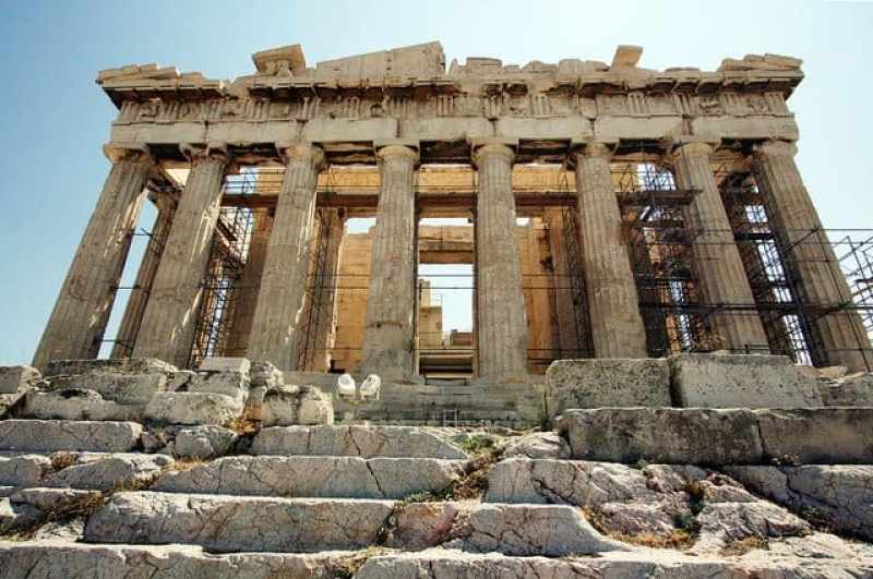 10 reasons why Greece should be in your bucket list in 2016. Not that you need an excuse to visit Greece, but as a Muslim traveller looking for halal food and options Greece might just be the perfect place.