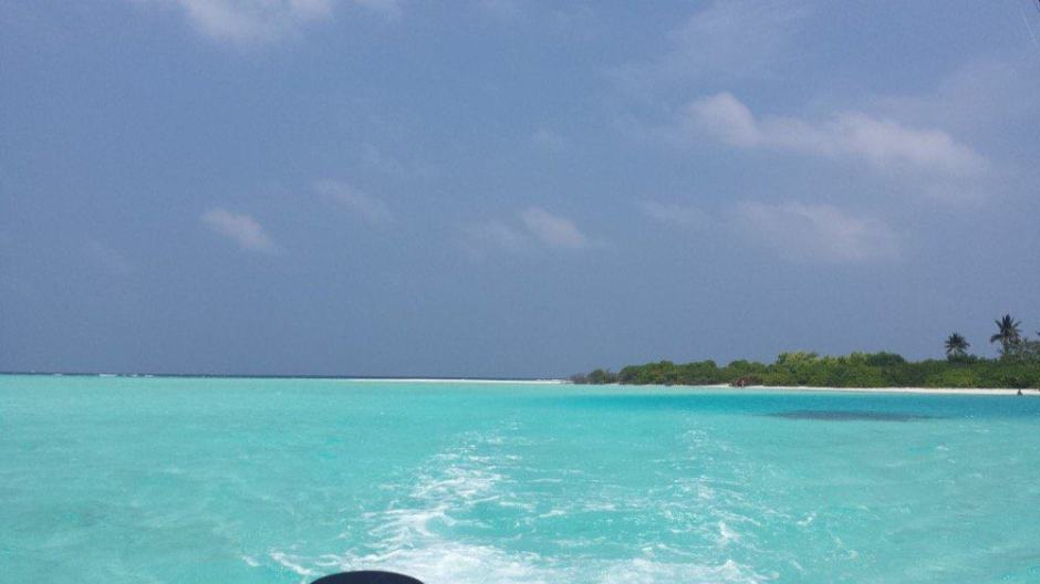 Muslim-Friendly Holiday in the Maldives on a budget |blue waters in the Maldives with a view of a private island