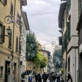 uliczka z rowerami