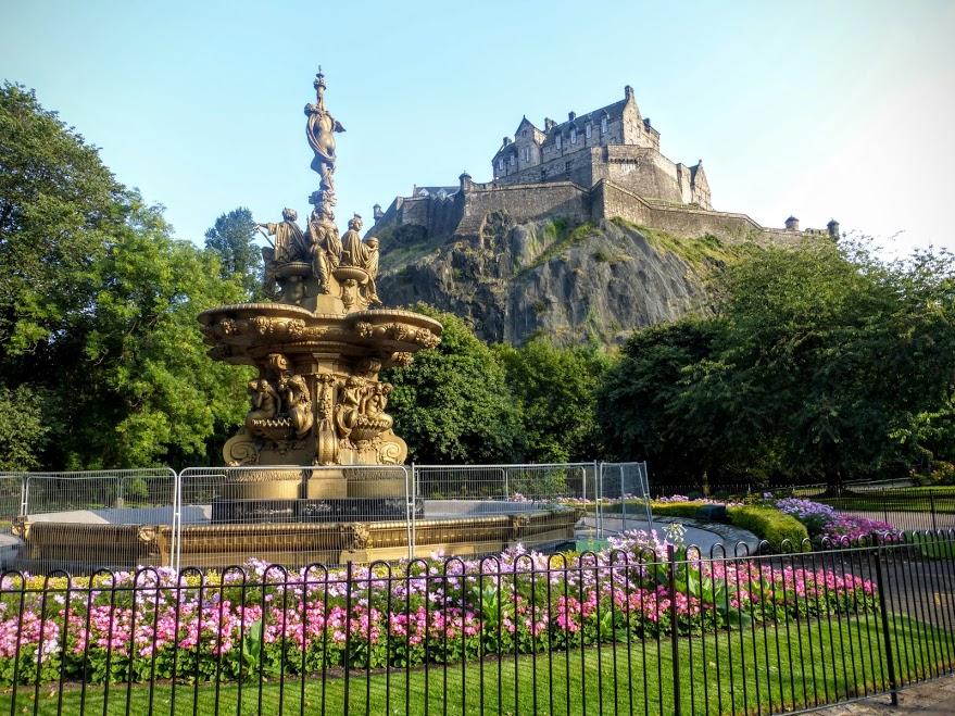 12. Zamek w Edynburgu i fontanna Rossa