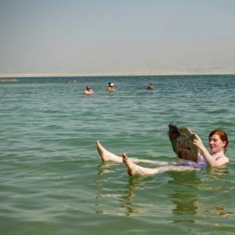 20. Kąpiel z gazetą w Morzu Martwym