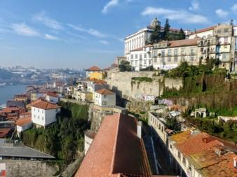 32. Widok z górnego poziomu mostu na miasto