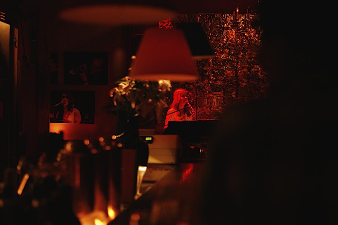 Alleine am Piano und Stille im Raum: Christin Henkel