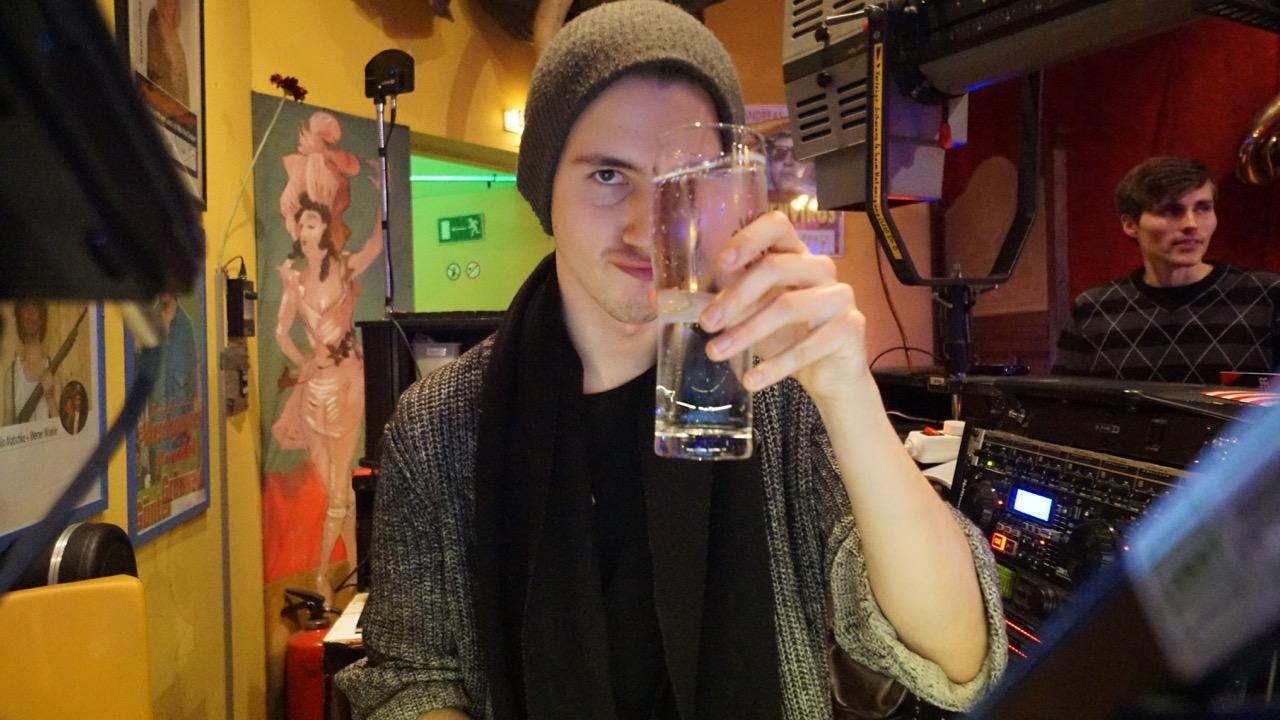 Cheers, aber immer schön nüchtern bleiben!