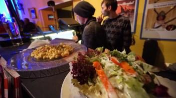 Stilleben mit Käsespätzle und Salat