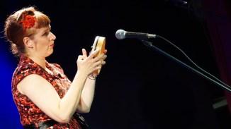 Kam mit Ukulele und Fingerklavier an: Petra Lewi