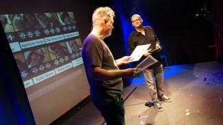 Hosts Michi und Alex erklären den Abstimmungsmodus