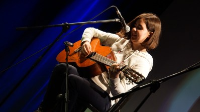 Mit 17 eigene Songs an der Gitarre: Aliena