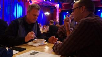 Letzte Durchsprache des Abends bei Chili: Michi Bohlmann & alex sebastian