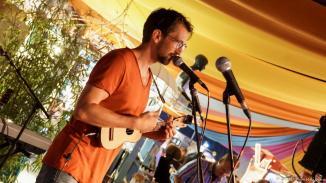 Philipp Gelbesaiten sang sich mit viel Wortwitz und Ukulele durch die Obst- und Gemüseabteilung, wie auch im Februar 2016 bereits bei der Podestperformance auf dem Bronzerang.