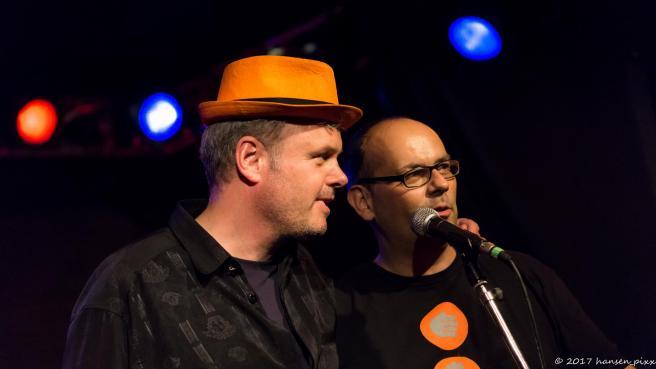 Die beiden Macher und Moderatoren des MuSoC #open, Münchens ersten und ältesten Songslams bei der Danksagung an alle, die diesen Abend unvergleichlich gemacht haben. Wir freuen uns auf den nächsten Songslam in der Drehleier im Oktober und hoffentlich mal wieder auf einen Abend wie diesen.