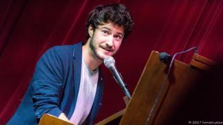 Paradoxon: Florian Wagner stellt sein Können als Vollblutmusiker unter Beweis, indem er den schlechtesten Song der Welt spielt.