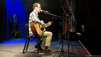 Alex ID hat aus dieser Perspektive was von Ryan Gosling. Aber der ist bekanntlich Kanadier während Alex aus Holland kommt. Er hat eine exakt-6-Minuten-Ballade im Repertoire.