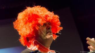 Michi Bohlmann probiert diesmal die Kopfbedeckungen aus dem Fundus der Drehleier.