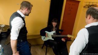 Im Backstage Bereich trifft man sich vor und nach den Auftritten und tauscht sich aus. Hier Tobias, Cindy und Leon (v.l.).