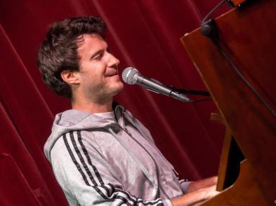 Florian Wagner ist fast schon ein fester Bestandteil und hat auch Alex Sebastian schon auf seinen Gigs unterstützt.