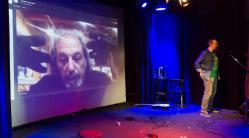 Leider ohne Ton: Jerry Marotta per Livestream aus Woodstock (ja, genau das Woodstock von damals) zugeschaltet. Weiß Herr Sebastian eigentlich was Herr Marotta im Hintergrund da treibt?