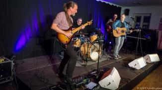 Der Herr Sebastian versucht sich an der Gitarre. Zu Ehren von Steven Wilson gab die Band den Porcupine Tree Hit Trains.