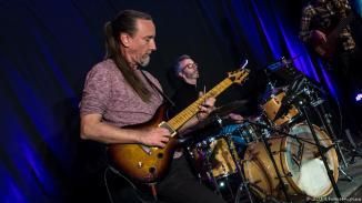 Harry Lange ist der treue Leadgitarrist der Band. Wer genau auf die Gitarre schaut, ahnt, wieviel Kilometer die schon runter hat. Ein Vollblutmusiker.