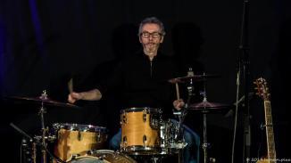 An den Drums sitzt Marc Turiaux, der dies hauptamtlich für RPWL tut. Glücklich ist, wer solch einen arrivierten Musiker in seinen Reihen hat, zumal in der wichtigsten Rolle am Schlagwerk.