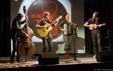 Combo mit Kontrabass, Akkordeon, Trompete, was Ukulelenartiges und Gitarre. Im Folk-Pop zuhause und gnadenlos akustisch.