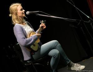 Sarah Ko, natürlich kann sie, bayrisch nämlich. Ihre Ukulele begleitete ihren melancholischen Mundart-Popsong geschrieben für die Schwester