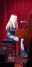 Kleine Frau mit großer Stimme an großem Klavier: Katharina Brenner (Foto: Wolfgang Dieter Ascher)