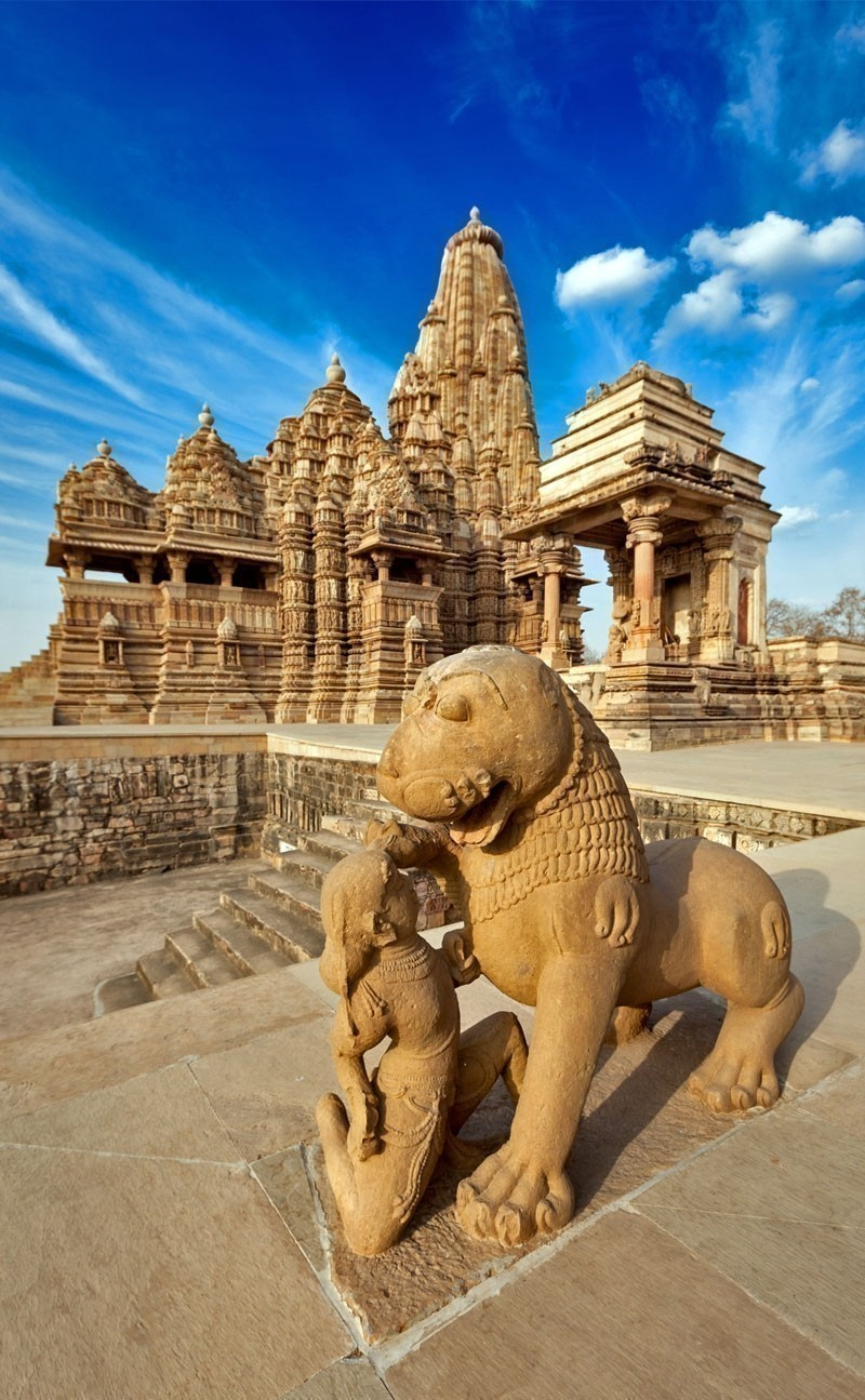 King and lion fight statue and Kandariya Mahadev temple. Khajuraho | Your Complete Travel Guide to India