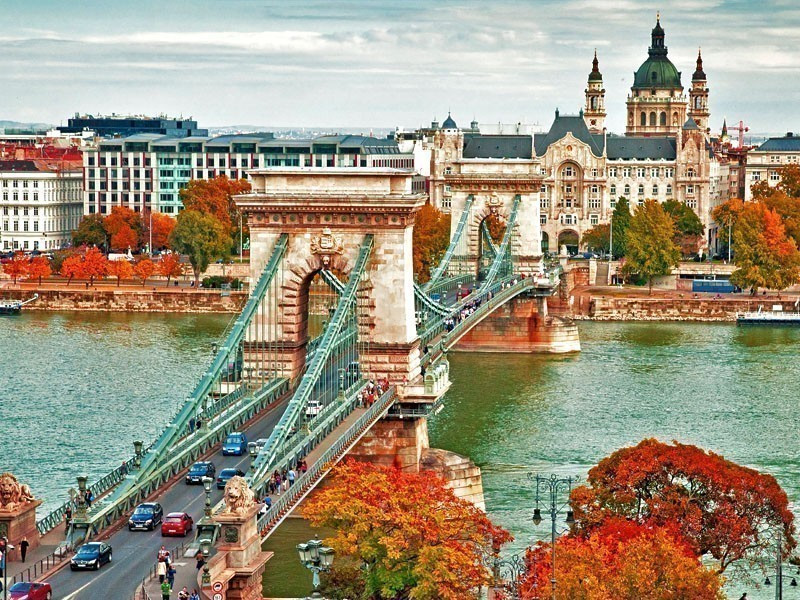 Beautiful view of the famous Chain Bridge in Budapest, Hungary | What to Do in Budapest in 3 Days