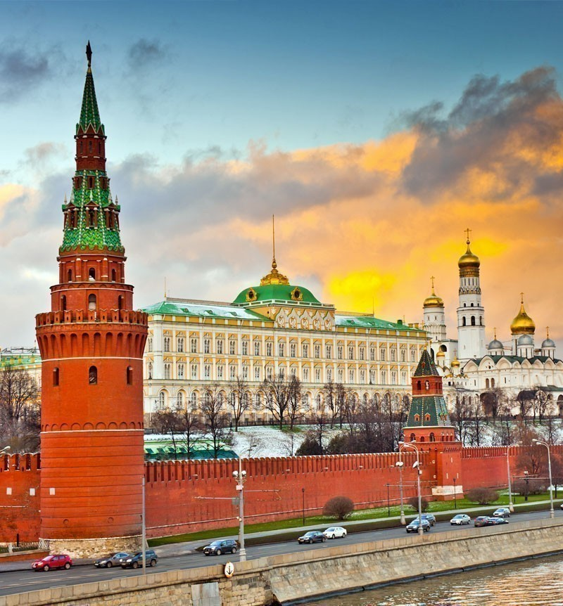Beautiful view of the Grand Kremlin Palace and Kremlin wall in Moscow | What to Do in Moscow in 3 Days