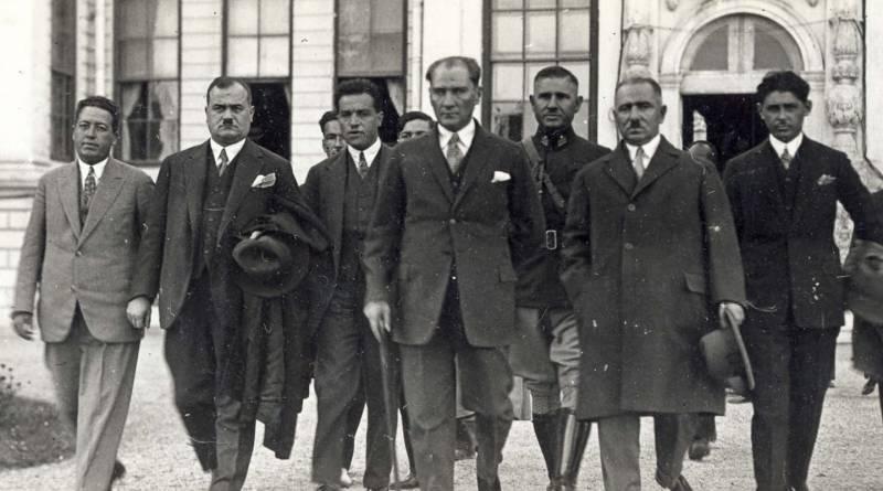 Atatürk'ün Etrafındaki Zevat.