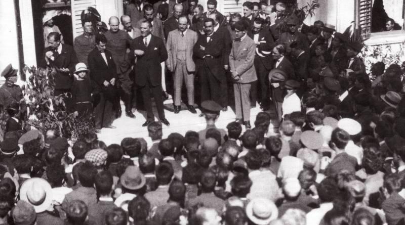 Atatürk Hünkâr Köşkü önünde, 28 Eylül 1925