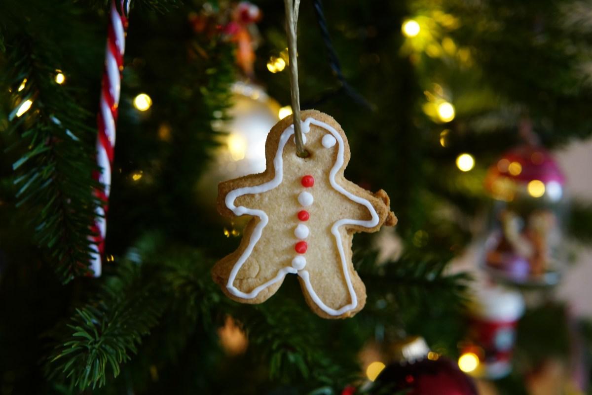 Eetbare versiering voor in de kerstboom: zandkoekjes