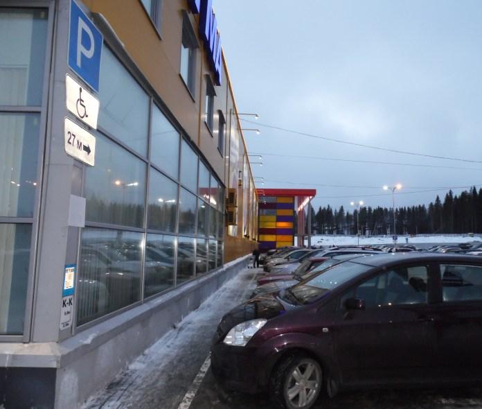 Типичная картина у одного из карельских гипермаркетов. Фото: Алексей Владимиров
