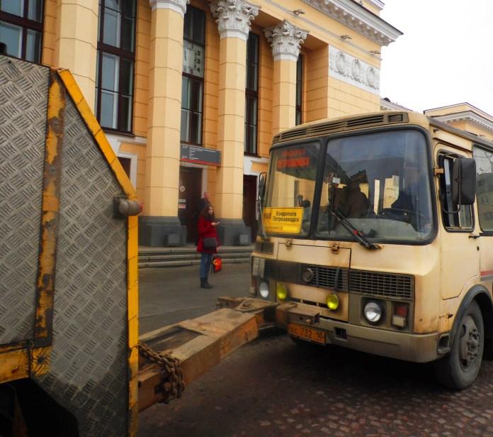 Принудительная эвакуация рейсового автобуса у железнодорожного вокзала Петрозаводска. Фото: Алексей Владимиров