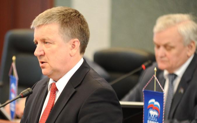 Карельский губернатор Александр Худилайнен выступает в республиканском парламенте. Фото: Губернiя Daily