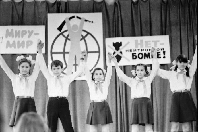 Митинг интернациональной дружбы в 17-й школе Петрозаводска, 1982 год. Фото из архива Бориса Семенова