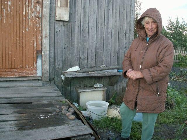 Нина Евстатовна Шошина у своего сгнившего крыльца. Фото: Татьяна Смирнова