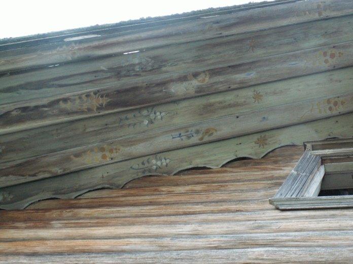 Роспись на старинном деревянном доме. Фото: Татьяна Смирнова