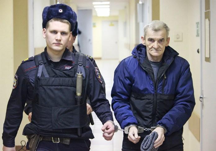 Юрия Дмитриева ведут под конвоем в зал суда. Фото: Черника