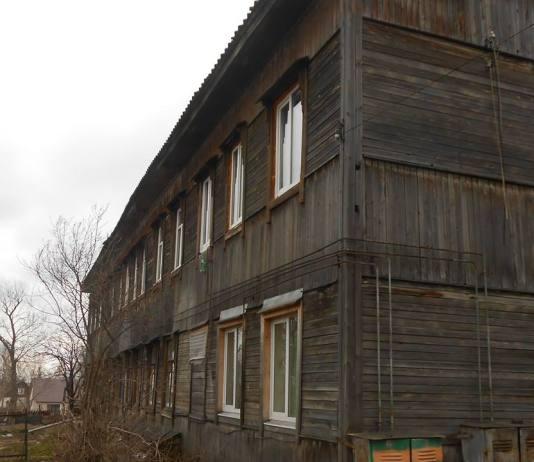 Этот дом в карельском городе Медвежьегорске давно нужно сносить, но местные чиновники хотят его капитально отремонтировать. Фото: Игорь Бочинский
