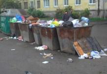 Переполненные мусорные баки в окрестностях железнодорожного вокзала Петрозаводска. Фото: Зульфия Шевченко
