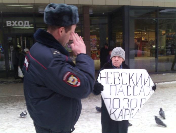 Ветеран войны Николай Бакинов провел одиночный пикет в Петрозаводске против бездействия властей. Фото: Валерий Поташов