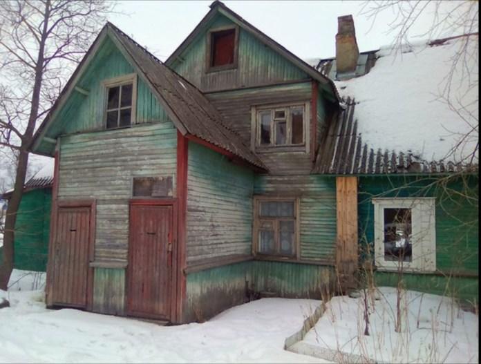 В одной из квартир этой лачуги в карельском городе Сортавала ютится инвалид Ирина Астрадымова. Фото из личного архива