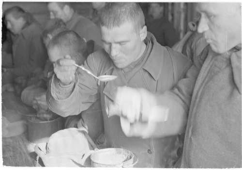 Медвежьегорск.1942 г. Военнопленные за обедом