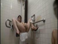 泥酔してド淫乱に変身した美巨乳お姉さんがトイレで生ハメしてるセックス動画無料