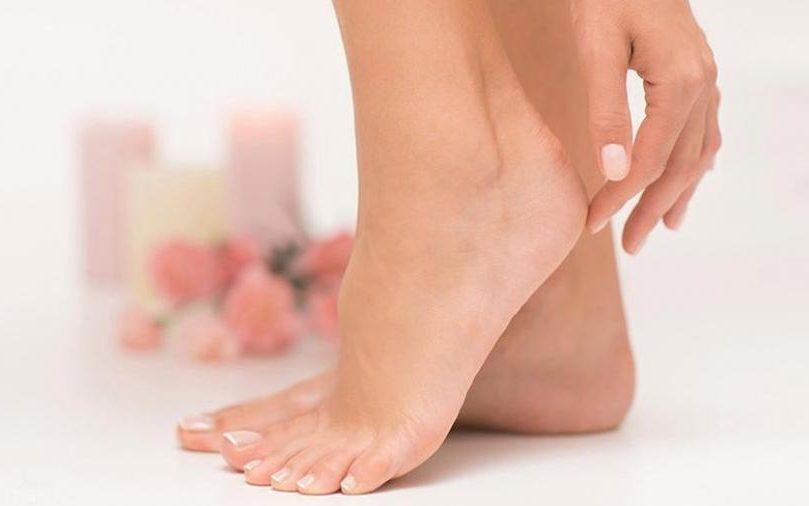 تقشير القدمين من الجلد الميت /متألقة
